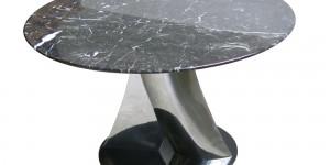 Table Jog : Motif en résine moulée – plateau en bois plaqué ou marbre. diam : 700mm – H : 430mm